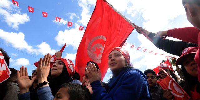 Tunisier i manifestation mot extremism på söndagen. FETHI BELAID / AFP
