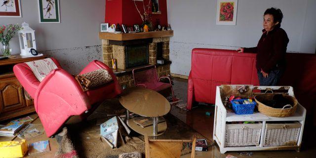 Kvinna i sitt vardagsrum i Villegailhenc. ERIC CABANIS / AFP