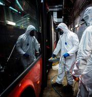 Desinfektion av en buss i Slovakiens huvudstad Bratislava. VLADIMIR SIMICEK / TT NYHETSBYRÅN
