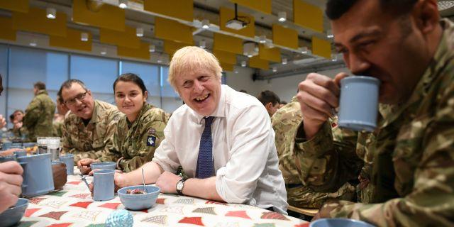 Boris Johnson tillsammans med brittiska soldater på en militärbas i Estland dagarna före jul.  POOL / TT NYHETSBYRÅN