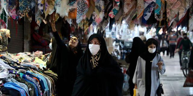Kvinnor i ansiktsmask i staden Zanjan. Arkivbild. Vahid Salemi / TT NYHETSBYRÅN