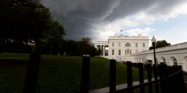 Mörka moln tornar upp sig över Vita huset måndagen den 17 juni.  Alex Brandon / TT NYHETSBYRÅN
