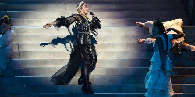 Madonna uppträder på Eurovisionfinalen. ORIT PNINI / KAN