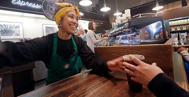 Ung barista som arbetar på Starbucks.  Elaine Thompson / TT NYHETSBYRÅN