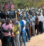 Kö till vallokal i Dodoma, 28 oktober.  Stringer / TT NYHETSBYRÅN