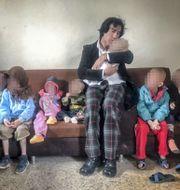 Patricio Galvez tillsammans med sina barnbarn i samband med att de hämtades hem.  Privat