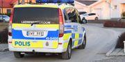 Polis på plats utanför villan.  Fredrik Sandberg/TT / TT NYHETSBYRÅN