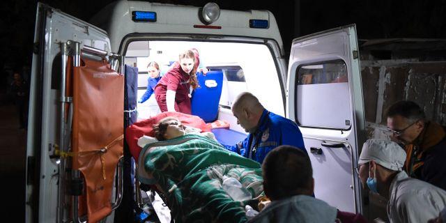 Ambulanspersonal tar hand om skadade efter dådet. Viktor Korotaev / TT NYHETSBYRÅN/ NTB Scanpix