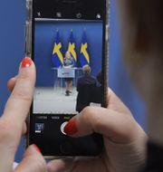 Finansminister Magdalena Andersson (S) fotograferas med en telefon.  Jessica Gow/TT / TT NYHETSBYRÅN