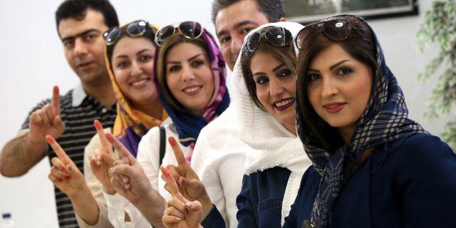 Iranier bosatta i Kuwait visar att de har röstat i presidentvalet, 19 maj.  YASSER AL-ZAYYAT / AFP