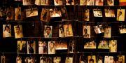 Fotografier av personer som mördades. Bilderna hänger i ett minnescenter i Kigali. Ben Curtis / TT NYHETSBYRÅN/ NTB Scanpix