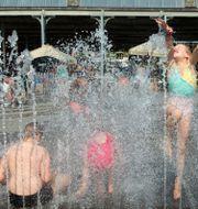 Barn leker i en fontän i belgiska Antwerpen. Virginia Mayo / TT NYHETSBYRÅN/ NTB Scanpix