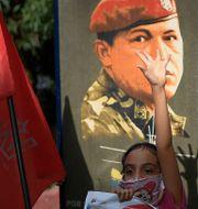 Minnesdag av Hugo Chavez misslyckade statskupp 1992. Flicka framför plakat förra veckan. Matias Delacroix / TT NYHETSBYRÅN