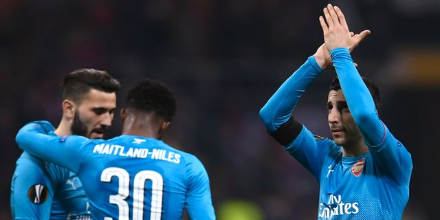 Arsenalspelare firar efter segern. MARCO BERTORELLO / AFP