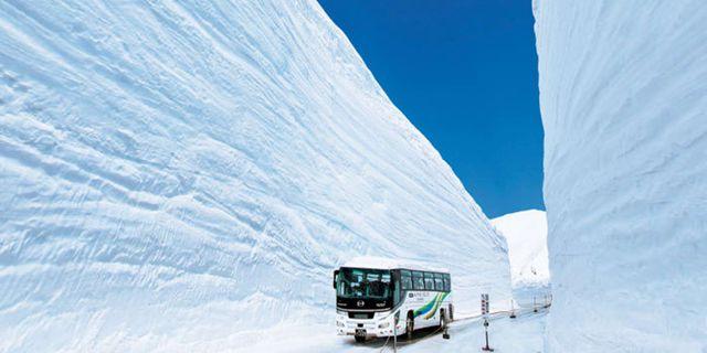 Nypremiär för snökorridoren i Japanska alperna Tateyama Kurobe Alpine Route