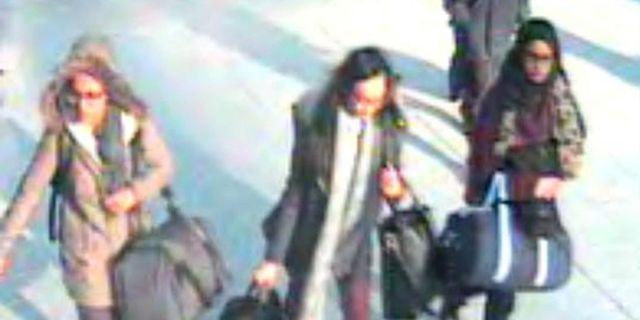 Övervakningsbilder från 2015 visade när 15-åringen och hennes vänner lämnade landet.
