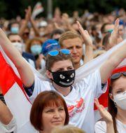 Tichanovskajas supportrar under en demonstration.  Sergei Grits / TT NYHETSBYRÅN