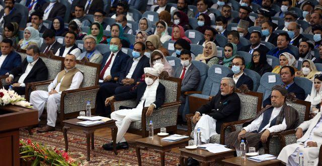 President Ashraf Ghani, iförd munskydd, omgiven av andra mötesdeltagare. Rahmat Gul / TT NYHETSBYRÅN