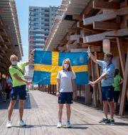 Sara Algotsson Ostholt i mitten är tillsammans med Max Salminen svenska fanbärare. Björn Larsson Rosvall/TT / TT NYHETSBYRÅN