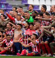 Glada Atlético-spelare efter matchen.  Manu Fernandez / TT NYHETSBYRÅN