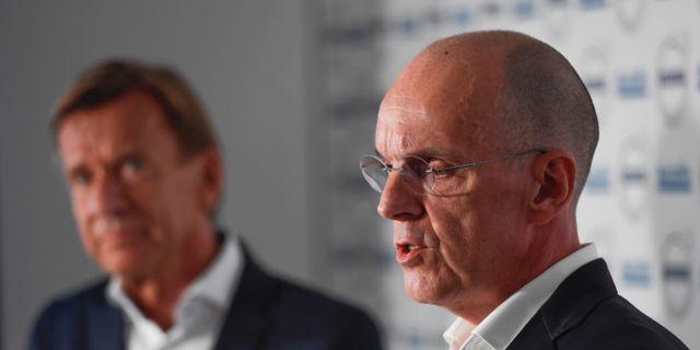 Jan Carlson, vd för Autoliv, i förgrunden. Bakom är Volvo Cars vd Håkan Samuelsson. Henrik Montgomery/TT / TT NYHETSBYRÅN