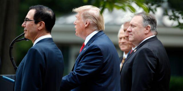 Donald Trump höll presskonferens utanför Vita huset på fredagen, där han dels meddelade att Hongkong kommer att bli av med sin speciella handelsstatus, dels att USA lämnar WHO-samarbetet.  Alex Brandon / TT NYHETSBYRÅN