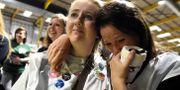 Anhängare av en liberalare lagstiftning lyssnar när valresultaten räknas. På bilder syns aktivister kramas och gråta när de gick mot seger. CLODAGH KILCOYNE / TT NYHETSBYRÅN