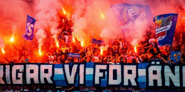 Djurgårdens supportrar med bengaler under matchen mot Malmö FF. CHRISTIAN ÖRNBERG / BILDBYRÅN