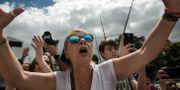 En kvinna under ett tal av oppositionsledaren Juan Guaidó i Caracas.  Rodrigo Abd / TT NYHETSBYRÅN/ NTB Scanpix