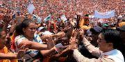 Kandidaten Andry Rajoelina med jublande supportrar. Kabir Dhanji / TT NYHETSBYRÅN/ NTB Scanpix