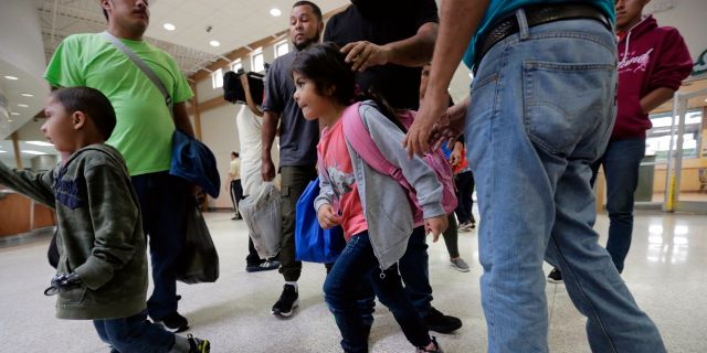 Asylsökande från Honduras och Guatemala. Eric Gay / TT / NTB Scanpix