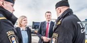 Finansminister Magdalena Andersson (S) och tidigare inrikesminister Anders Ygeman (S) träffar tullare i Värtahamnen i Stockholm. Tomas Oneborg/SvD/TT / TT NYHETSBYRÅN