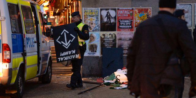 Arkivbild: Polisen håller en av nazisternas sköldar efter att ett 40-tal personer frihetsberövats. Jessica Gow/TT / TT NYHETSBYRÅN