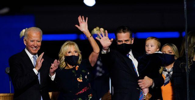 Joe Biden med sin fru Jill Biden och sin son Hunter Biden och hans familj.  Andrew Harnik / TT NYHETSBYRÅN