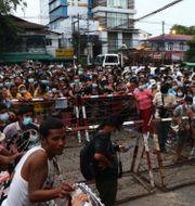 Stora folksamlingar har samlats utanför fängeslet i Yangon.  TT NYHETSBYRÅN