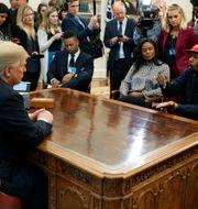 Donald Trump möter Kanye West. Evan Vucci / TT NYHETSBYRÅN/ NTB Scanpix
