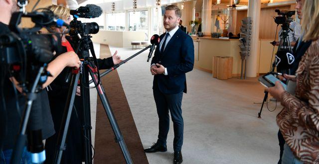Henrik Vinge intervjuas i riksdagen/Arkivbild Henrik Montgomery/TT / TT NYHETSBYRÅN