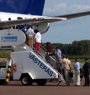 Passagerare går på ett plan på Västerås flygplats. JAN COLLSIÖÖ / TT NYHETSBYRÅN