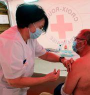 En man i Frankrike får vaccin. Bob Edme / TT NYHETSBYRÅN