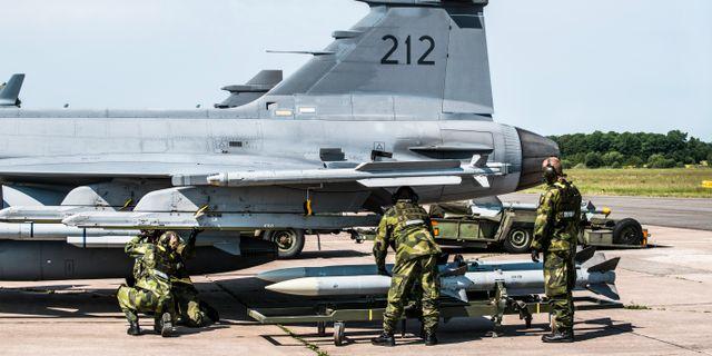 Ett svenskt Jas Gripen-plan rustas för insats inför en övning Lars Pehrson/SvD/TT / TT NYHETSBYRÅN