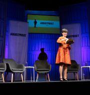 Programledare Yukiko Duke på scenen när årets nomineringar till Augustpriset presenteras. Christine Olsson/TT / TT NYHETSBYRÅN