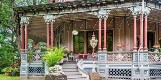 Fram till 1970-talet ägdes huset av författaren och historikern Carl Carmer, som hävdade att det var hemsökt. Homes.com