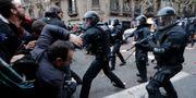 Polis och demonstranter i Barcelona. Emilio Morenatti / TT / NTB Scanpix