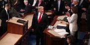Donald Trump talar med representanthusets talman Nancy Pelosi efter sitt tal till nationen.  JONATHAN ERNST / TT NYHETSBYRÅN