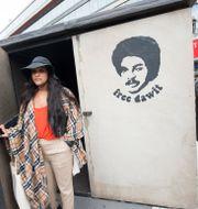 Betlehem Isaak, dotter till Dawit Isaak, står framför en kopia av den cell där hennes far sitter fängslad. Fredrik Sandberg/TT / TT NYHETSBYRÅN