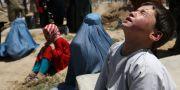 En pojke sörjer sin dödade syster i Kabul, Afghanistan.  Rahmat Gul / TT NYHETSBYRÅN/ NTB Scanpix