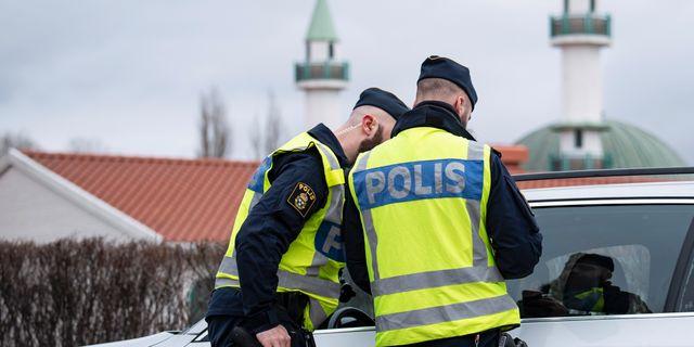 Polisens nykterhets- och fordonskontroll utanför moskén i Malmö på fredagen. Johan Nilsson/TT / TT NYHETSBYRÅN