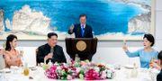 Kim Jong-Un, Moon Jae-In och deras fruar under middagen.  TT NYHETSBYRÅN