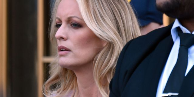 Stephanie Clifford utanför rätten i april. HECTOR RETAMAL / AFP