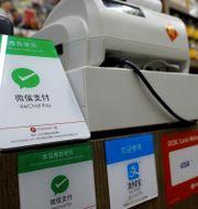 Arkivbild: Skyltar för bland annat WeChat Pay och Alipay vid en butik i Singapore EDGAR SU / TT NYHETSBYRÅN